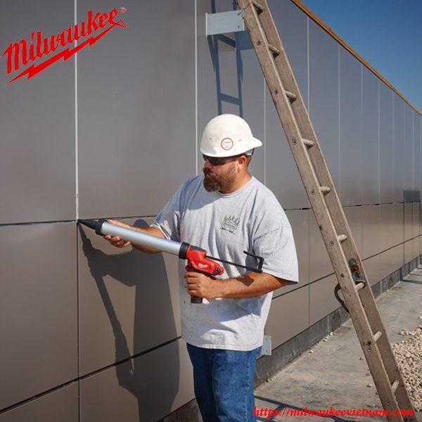 Hình ảnh thi công cùng súng bắn keo Milwaukee trên công trường xây dựng