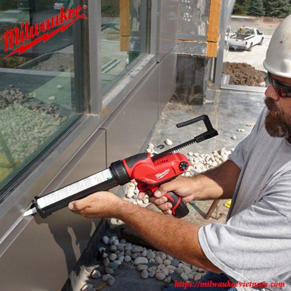 Thao tác gắn kéo lên kính cùng súng bắn keo Milwaukee chính hãng