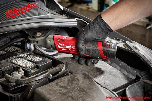 Máy siết bu lông góc 1/2 Milwaukee M12 FIR12 trong xưởng sửa chữa ô tô