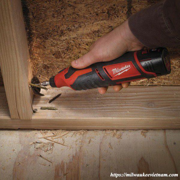 Dụng cụ xoay đa năng Miwlaukee C12 RT trong ứng dụng xử lý nguyên liệu gỗ