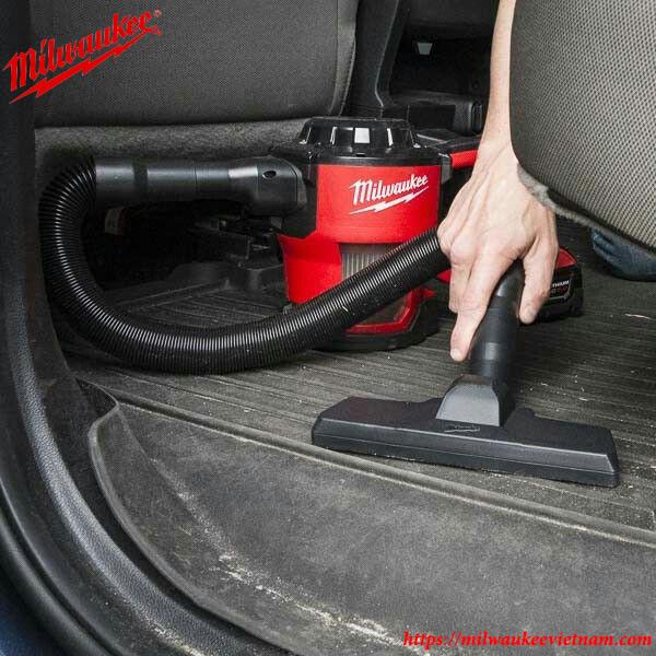 Máy hút bụi dùng pin Milwaukee M18CV trong ứng dụng làm sạch ô tô