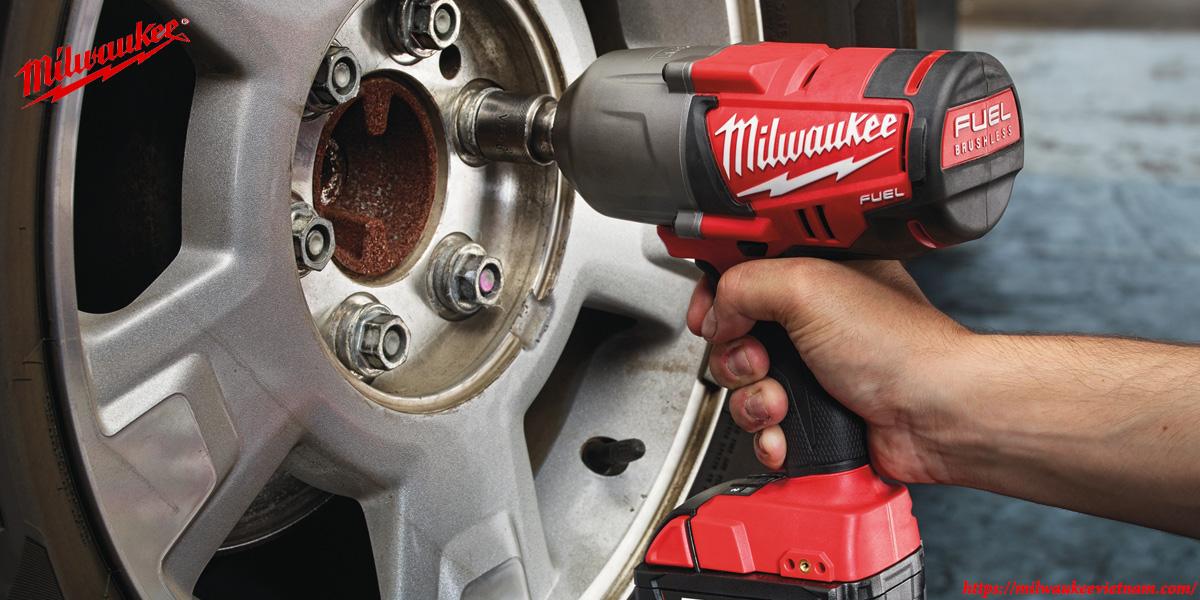 Máy siết bu lông cao cấp Milwaukee M18 FHIWF12 trong ứng dụng lắp đặt ô tô