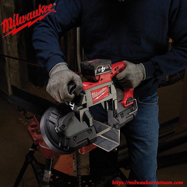 Thự thi công việc cùng máy cưa vòng Milwaukee M18 CBS125
