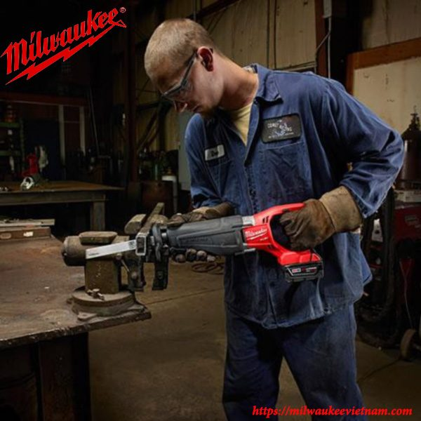 Máy cưa kiems Milwaukee dùng pin M18 CSX hiện đại cho khả năng xử lý linh hoạt
