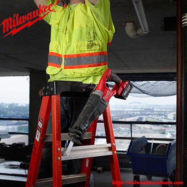 Máy cưa kiếm Milwaukee M18 CSX nhỏ gọn giúp việc mang theo dễ dàng