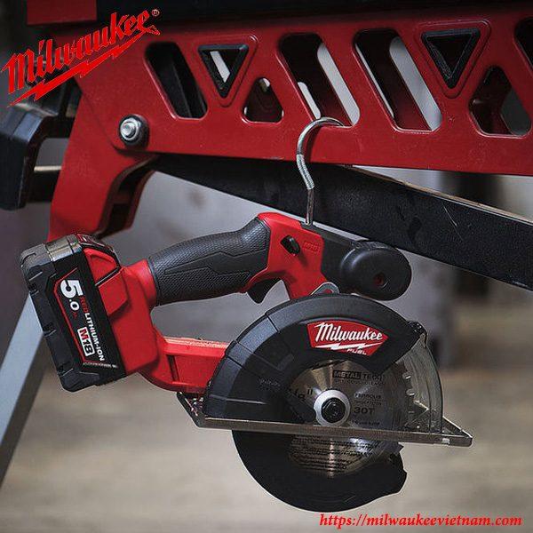 Hình ảnh máy cắt kim loại cầm tay dùng pin Milwaukee M18 FMCS trong thực tế