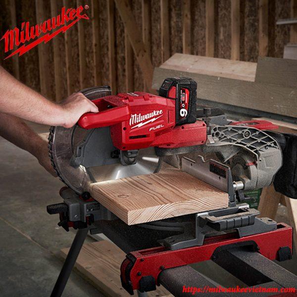 Máy cắt đa năng Milwaukee M18 FMS254 ứng dụng trong xưởng gỗ