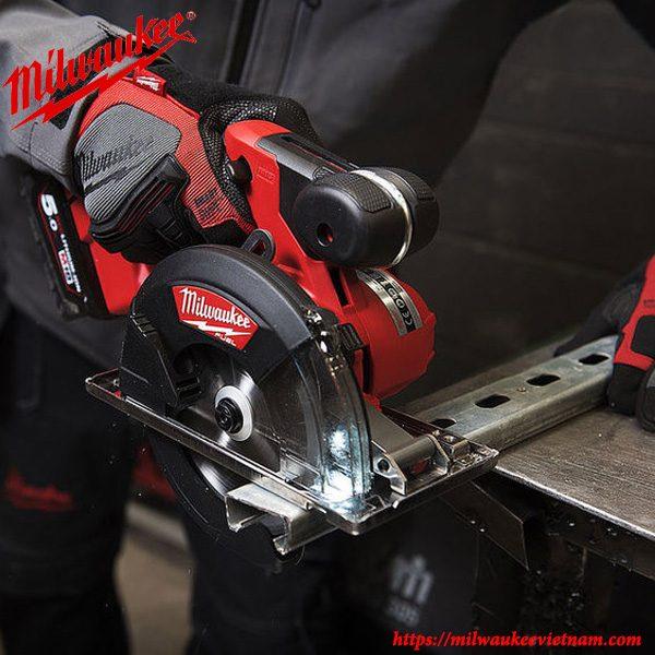 Máy cắt kim loại Milwaukee M18 FMCS tiện dụng trong hàng nhiều ngành nghề khác nhau