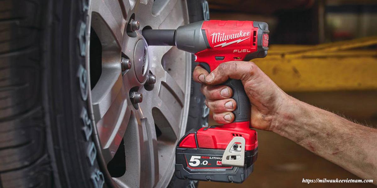 Máy siết bu lông Milwaukee M18 FIWF38 trong ứng dụng sửa chữa ô tô