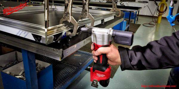 Đẩy mạnh năng suất làm việc cùng với máy bắn đinh Milwaukee M12 BPRT chính hãng