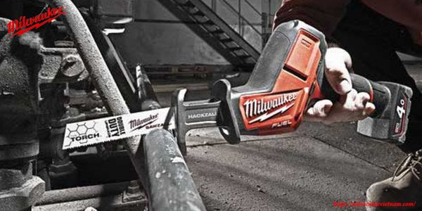 Hình ảnh máy cưa kiếm Milwaukee M12 CHZ mạnh mẽ trong thực tế