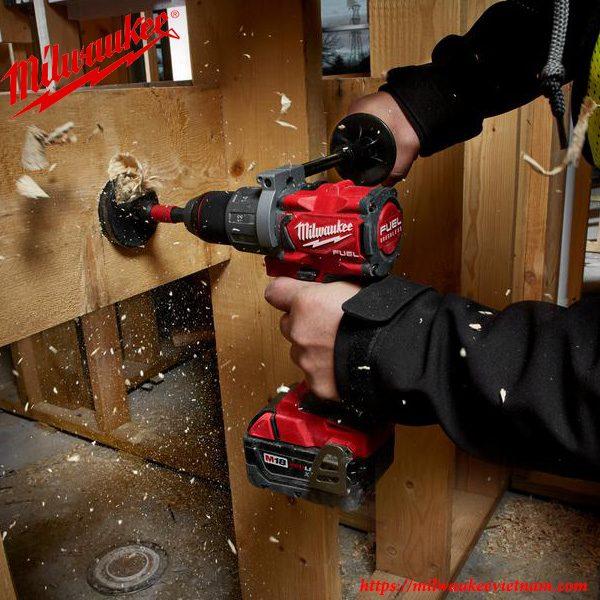 Thực hiện các thao tác khoan trên bề mặt gỗ cùng Milwaukee M18 FPD2