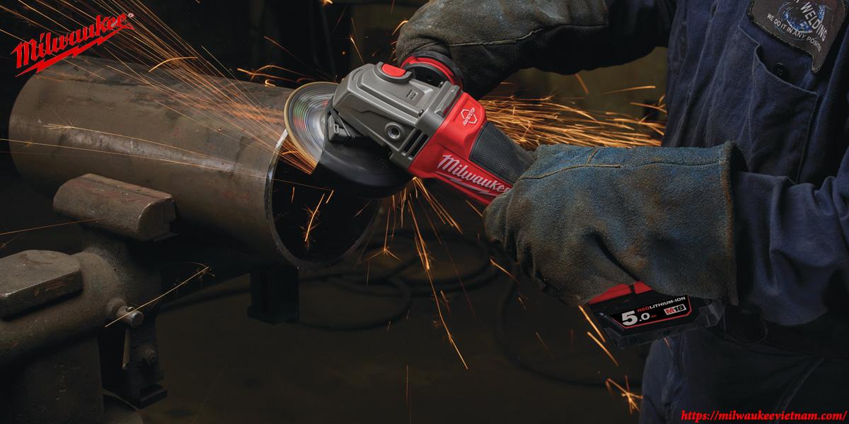 Máy mài góc Milwaukee M18 CAG100XPDB mạnh mẽ trong các ứng dụng mài và cắt trong thực tế