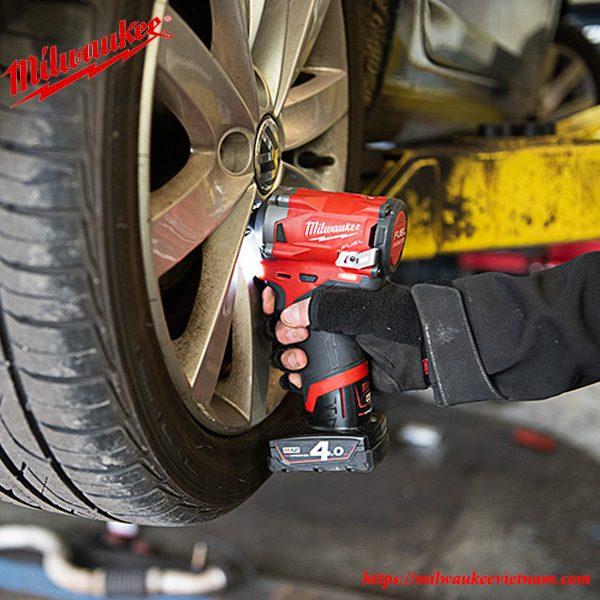 Siết chặt bu lông ốc lốp xe ô tô một cách dễ dàng cùng Milwaukee M12 FIWF12