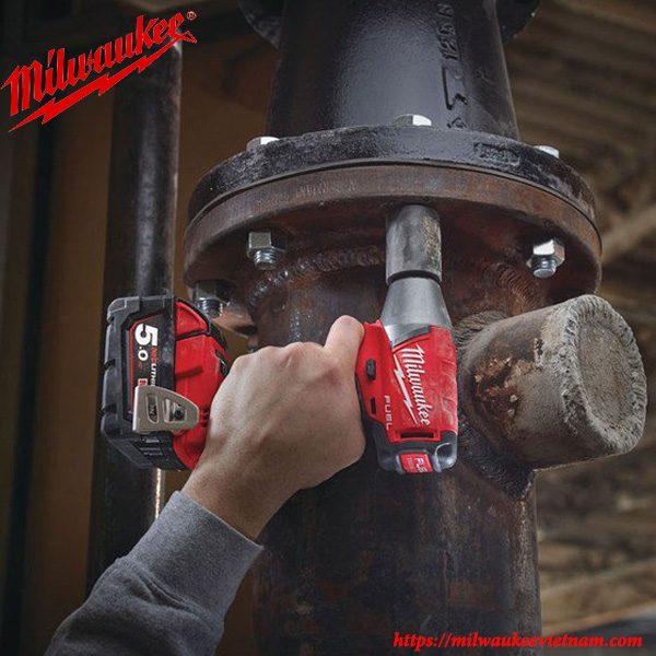 M siết bu lông cơ bản 1/2 dùng pin Milwaukee M18 FIW12 cho hiêu quả cao trong công việc