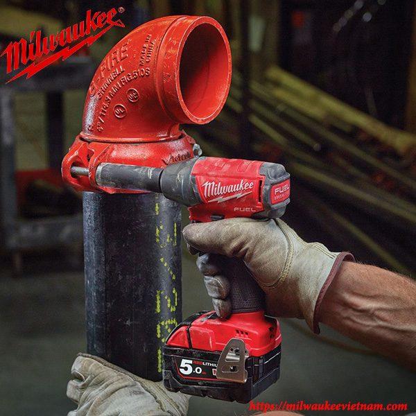 Hình ảnh máy siết bu lông 1/2 Milwaukee M18 FIW12 xử lý công việc trong thực tế