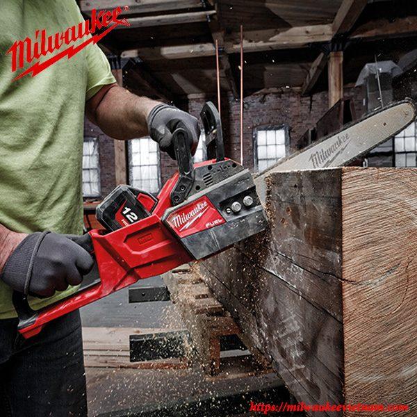 Máy cưa xích Milwaukee M18 FCHS cho khả năng xử lý gỗ nhanh chóng và hiệu quả