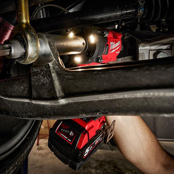 Máy siết bu lông Milwaukee M18 FIW212 hỗ trợ làm việc trong môi trường tối hiệu quả