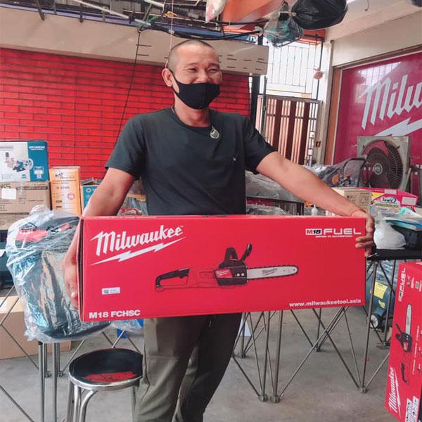 Máy cưa xích Milwaukee M18 FCHSC hộp giấy ảnh thực tế