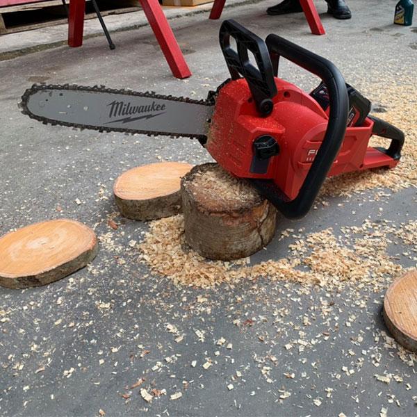 Máy cưa xích Milwaukee M18 FCHSC cho khả năng ứng dụng cao trong ngành gỗ
