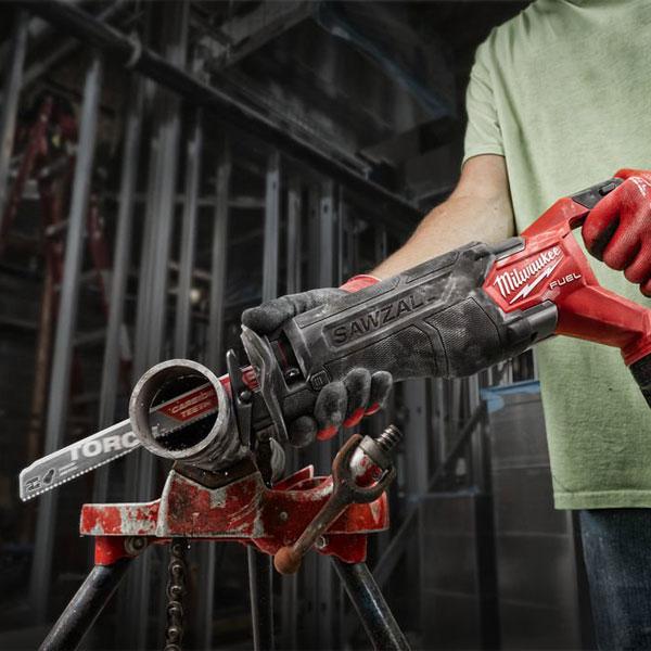 máy cưa kiếm dùng pin Milwaukee M18 FSZ trong ứng dụng cắt kim loại